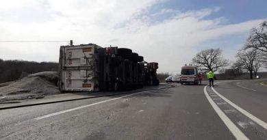 TIR încărcat cu cereale, răsturnat pe DN 28, zona Trei Iazuri, județul Iași