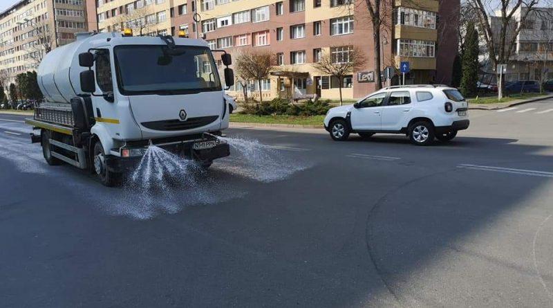 Primăria Piatra-Neamț continuă spălarea străzilor cu dezinfectanți