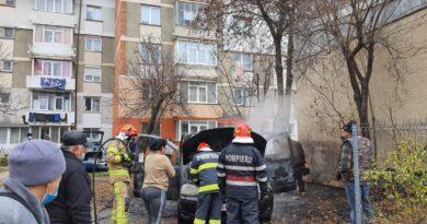 Autoturism ars complet în urma unui scurtcircuit