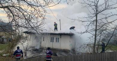 Locuință distrusă într-un incendiu. O familie are nevoie de ajutor.