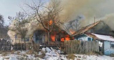 Acoperișul unei locuințe din Războieni distrus de un incendiu