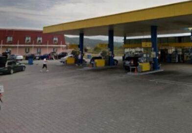 Un autoturism a intrat într-o pompă de benzină
