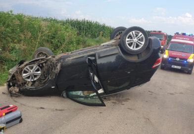 A intrat cu maşina într-un cap de pod şi s-a răsturnat