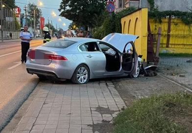 Țeavă de gaz avariată în urma unui accident rutier cu două autoturisme implicate