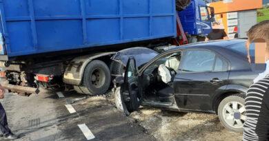 Un autoturism cu 4 persoane a intrat într-un autocamion