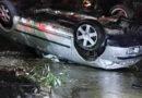 Un autoturism a ieșit de pe drum și s-a răsturnat într-un pârâu