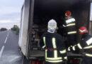 O mașină ce transporta colete a luat foc în mers