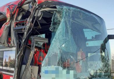 Un autocar cu 26 de persoane a lovit un TIR pe E85